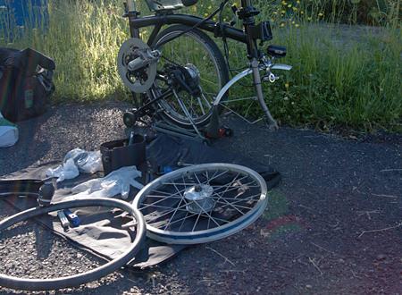 Rien de tel quune séance de bricolage au bord de la route pour goûter les joies du voyage à vélo…