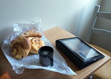 Des viennoiseries glanées à la porte du fournil, un café maison, le journal… What else?