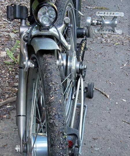 Quid dune petite pause Gratte-moi la gomme improvisée au bord de la route ? (le lecteur futé aura compris que, normalement, le pneu Kojak est complètement lisse…)